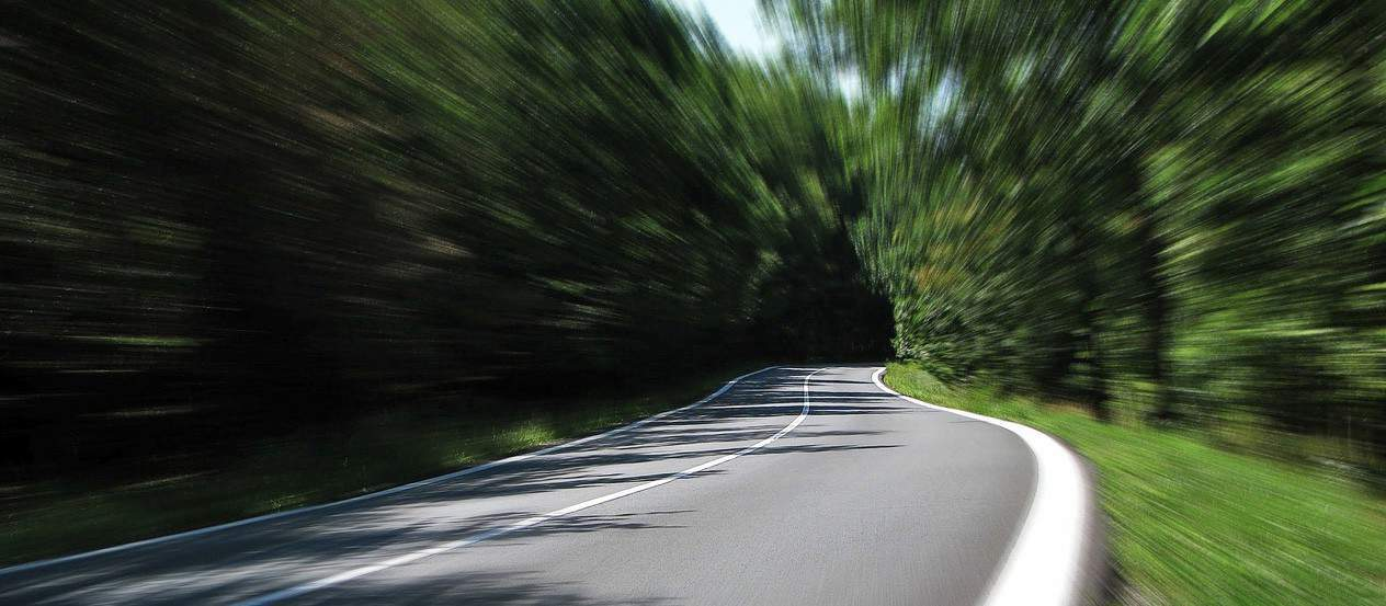 kuva kesäisestä asfaltti tiestä